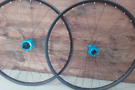 Roues VTT DT Swiss XR 361, moyeux Industry Nine Hydra Boost Turquoise, rayons DT Revo et nipples alu Silver